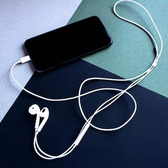 Telefone celular com fones de ouvido em forma de uma tecla de violino