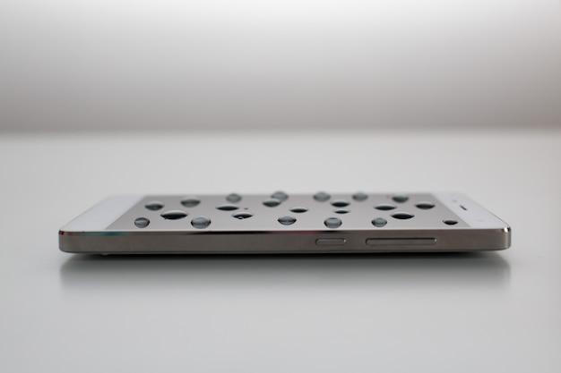Telefone celular com gotas na tela oleofóbica
