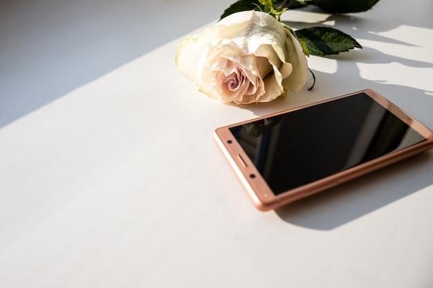 Telefone celular como presente para feliz dia dos namorados, rosa, presente, calendário, 14 de fevereiro. copie o espaço.