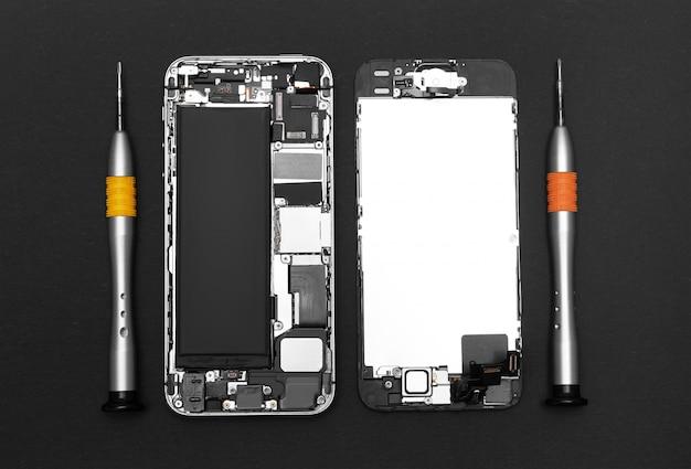 Telefone celular desmontado e ferramentas de reparo