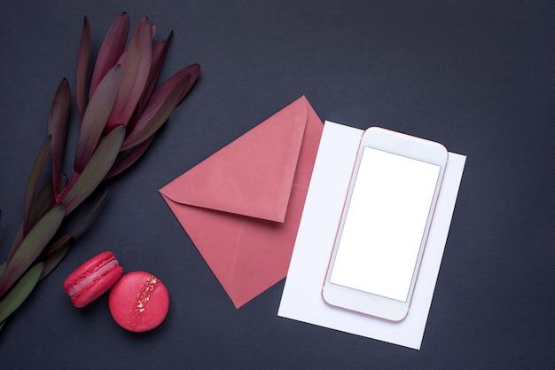 Telefone celular e com flores e presentes no escuro
