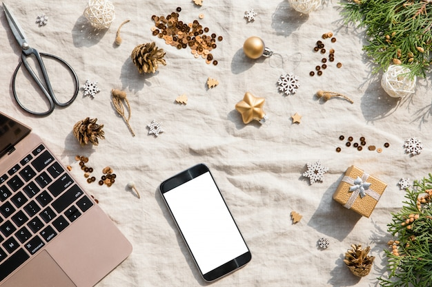 Telefone celular e decoração de natal e ano novo em um têxtil