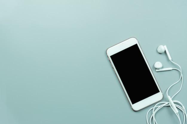 Telefone celular e fones de ouvido