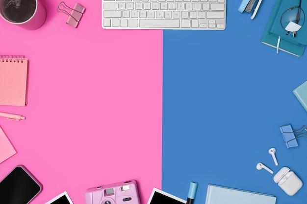 Telefone celular e material de escritório em fundo colorido.