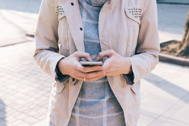Telefone celular em mãos femininas