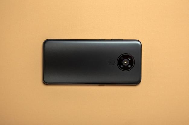 Telefone celular em um fundo cinza