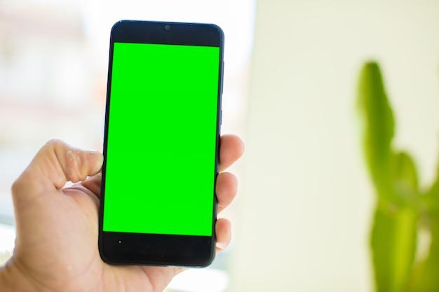 Telefone celular inteligente com tela verde vazia