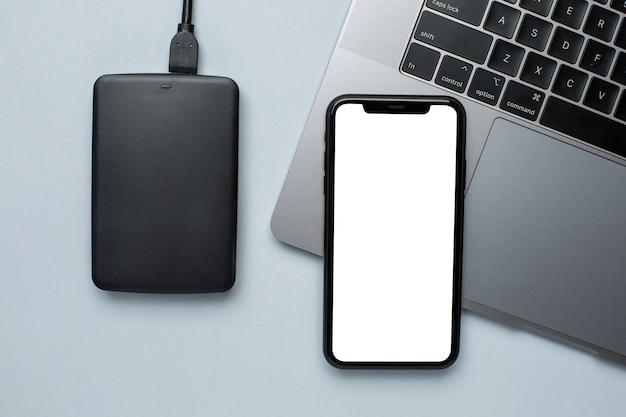 Telefone celular mock up e disco rígido removível com laptop