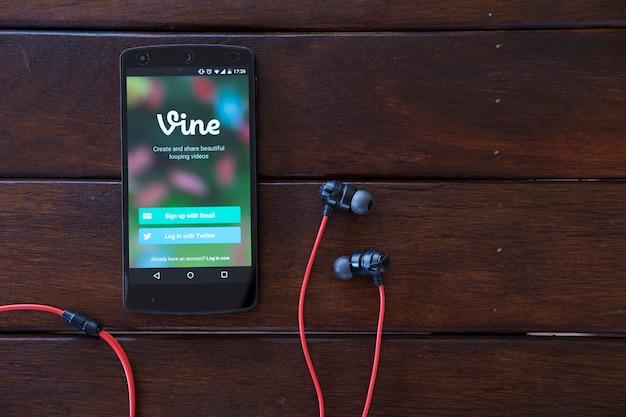 Telefone celular na mesa de madeira.