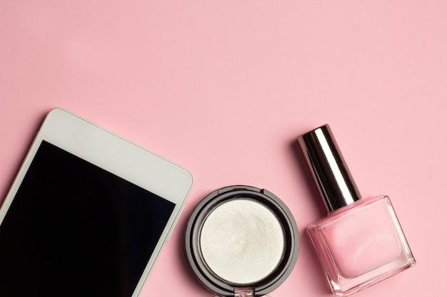 Telefone celular, unha polonês, sombras moda plana leigos vista superior quadro rosa pastel fundo
