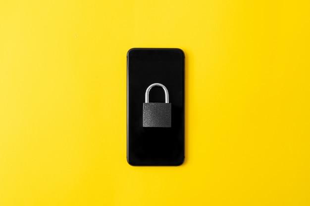 Telefone com bloqueio na tela. conceito de desintoxicação digital. segurança cibernética das informações.