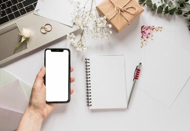Telefone com notebook e presente