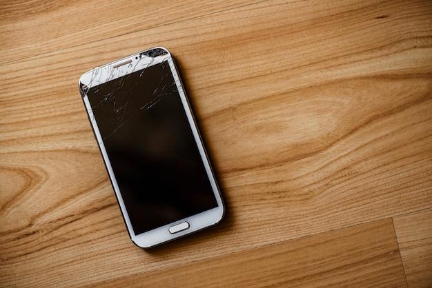 Telefone com uma tela quebrada