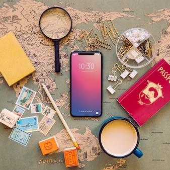 Telefone de alta tecnologia na mesa com mapa