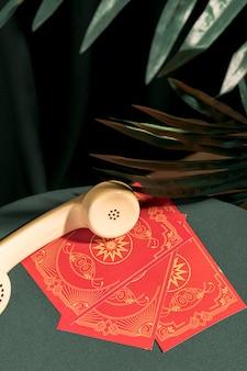 Telefone de alto ângulo em cartas de tarô