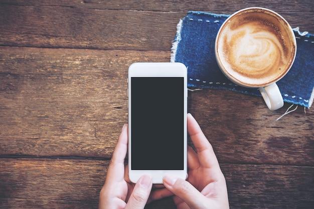 Telefone de maquete com xícara de café