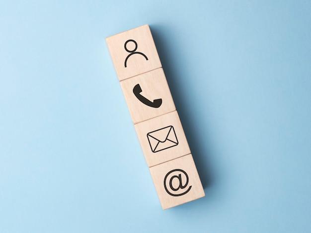 Telefone de símbolo de bloco de madeira, correio, endereço e telefone celular, página do site entre em contato conosco conceito
