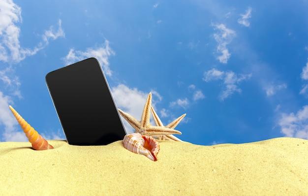 Telefone de toque móvel na areia em uma praia