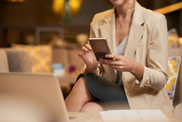 Telefone de verificação de mulher de negócios
