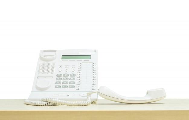 Telefone do escritório closeup na mesa isolado no branco