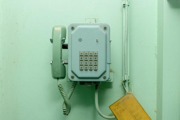 Telefone do velho navio. dispositivo de comunicação a bordo.