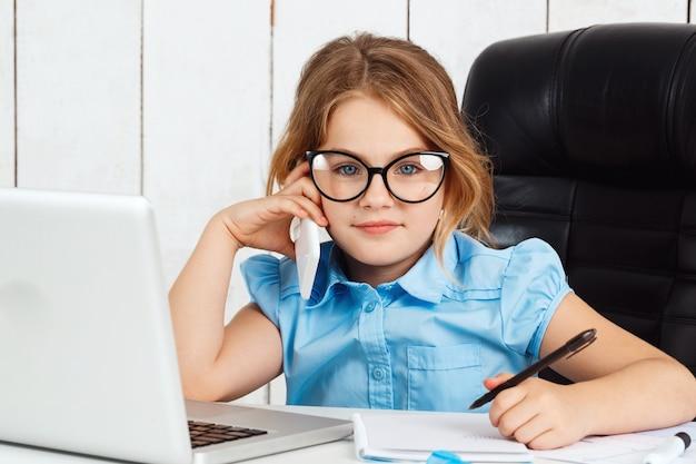 Telefone falando da menina bonita nova no local de trabalho no escritório.