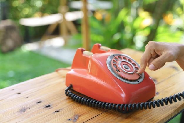 Telefone fixo com discagem rotativa antiga ou telefone com fio