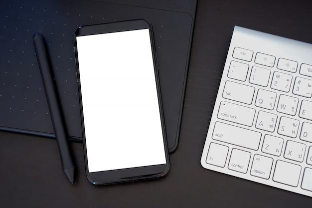 Telefone inteligente com maquete de tela do telefone de tela em branco