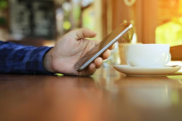 Telefone inteligente com tela de toque de mão.