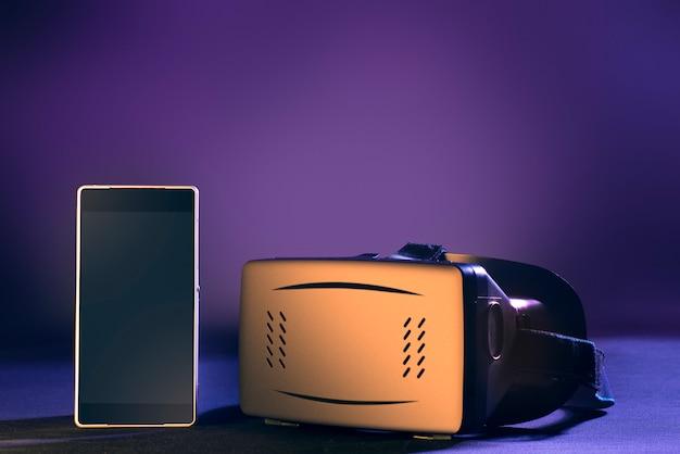 Telefone inteligente e fone de realidade virtual