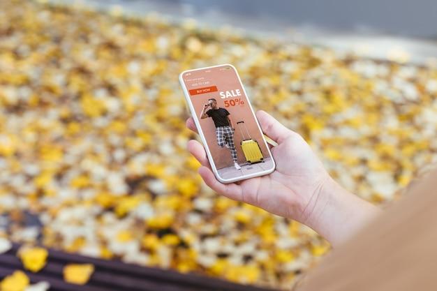 Telefone mostrando as vendas na loja online