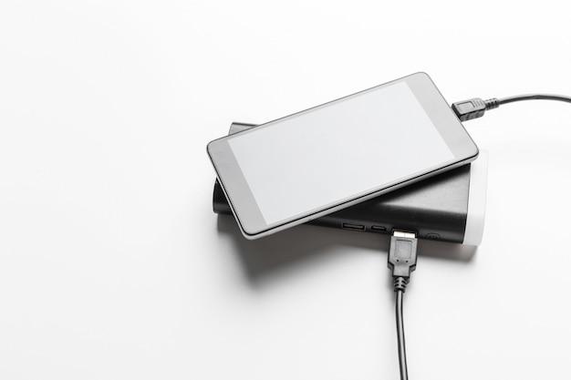 Telefone móvel conectar ao banco de energia da bateria