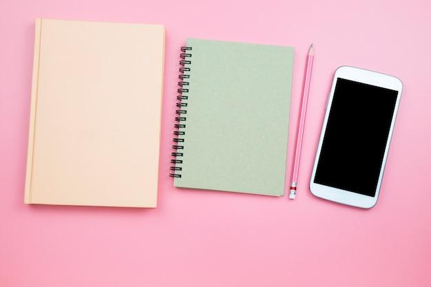 Telefone móvel do caderno no estilo pastel do fundo cor-de-rosa