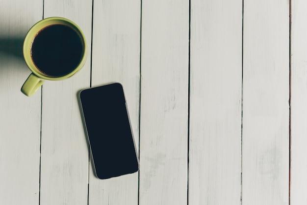 Telefone móvel em cima da mesa