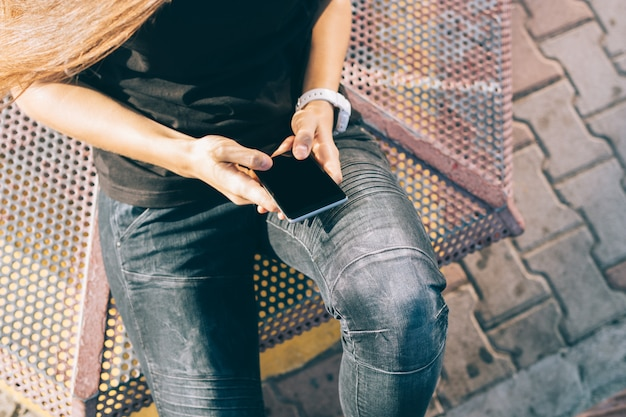 Telefone móvel, em, femininas, mãos, close-up