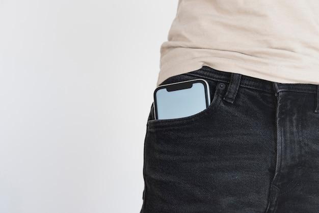 Telefone móvel em maquete de bolso