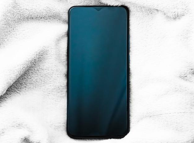 Telefone móvel moderno com maquete flatlay de smartphone de tela grande como modelo de aplicativo e marketing de marca de ...