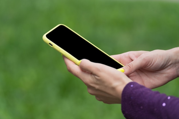 Telefone para manter contato. telefone móvel em mãos femininas. telefone celular com tecnologia touchscreen. telefone para uso pessoal e profissional. 3g e 4g. estilo de vida móvel. sms. mms. conexão móvel.