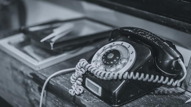 Telefone preto antigo