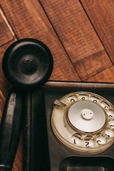 Telefone preto velho no chão, vintage