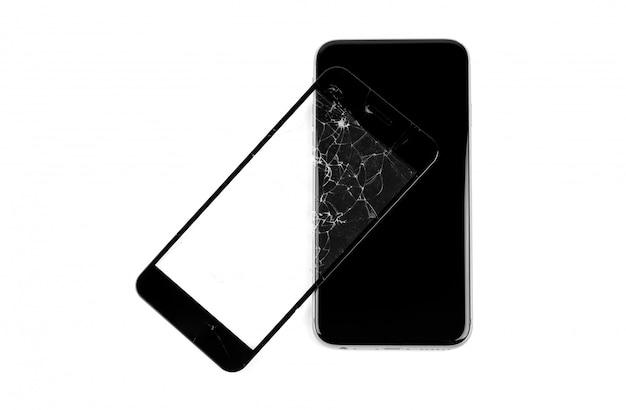 Telefone quebrado isolado no branco