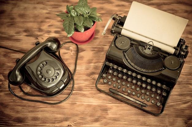 Telefone retro e máquina de escrever. vista do topo