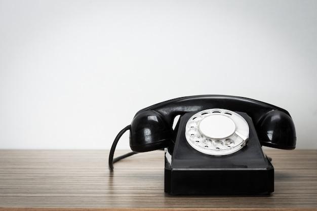 Telefone retrô na mesa