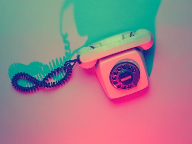 Telefone retro rotativo vintage em luz ultravioleta