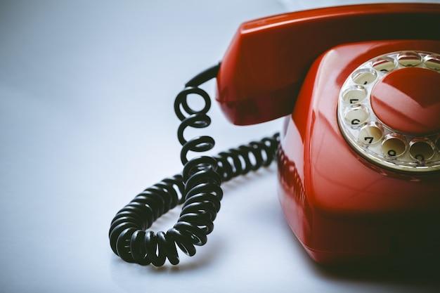 Telefone retro vermelho no fundo