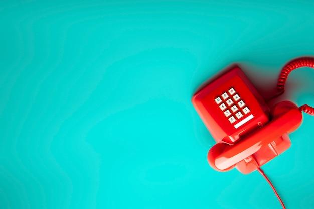 Telefone vermelho no verde