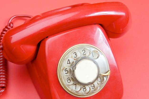 Telefone vermelho sobre fundo vermelho