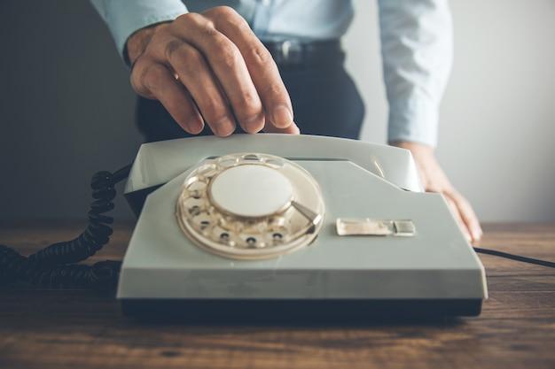Telefone vintage de mão de homem