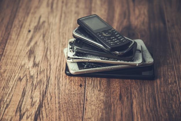 Telefones celulares antigos em um fundo de mesa