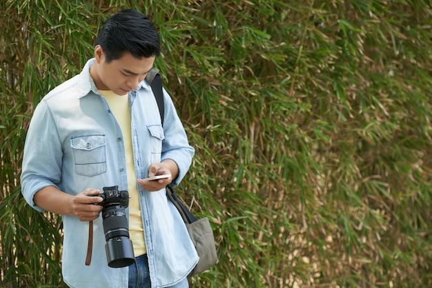 Telefones de verificação do fotógrafo